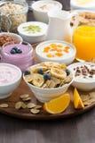 Bogaty śniadaniowy bufet z zbożami, jogurtem i owoc, zdjęcie stock