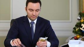 Bogaty człowiek liczy pieniądze Zdjęcie Stock
