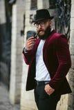 Bogaty człowiek z brodą dymi elektronicznego papieros fotografia stock