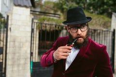 Bogaty człowiek z brodą dymi kołyskę obrazy royalty free