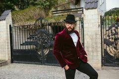 Bogaty człowiek z brodą dymi kołyskę zdjęcia royalty free