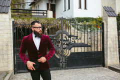 Bogaty człowiek z brodą, myśleć o biznesie obrazy stock