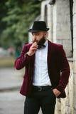 Bogaty człowiek z brodą, myśleć o biznesie zdjęcia stock