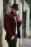 Bogaty człowiek z brodą, myśleć o biznesie obraz stock