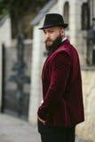 Bogaty człowiek z broda spacerem na ulicie obraz royalty free