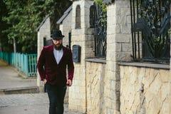Bogaty człowiek z broda spacerem na ulicie fotografia royalty free
