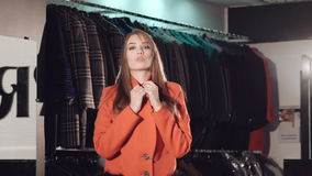 Bogaty dama wybieg w futerkowych żakietach w bogatym butiku zbiory wideo
