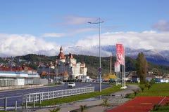 Bogatyr-Hotel, Anziehungskräfte des Sochi-Parks und Berge in Adler Lizenzfreies Stockbild