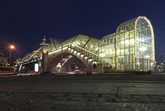 Bogdan Khmelnitsky Bridge, anche conosciuto come il ponte pedonale di Kievsky Quadrato di Europa di notte Mosca, Russia Fotografia Stock Libera da Diritti