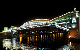 Bogdan Khmelnytsky Bridge (a ponte do pé de Kiev) através do rio de Moskva em Moscovo na noite. Foto de Stock