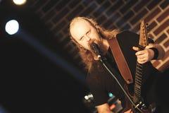 Bogdan Luparu στη σκηνή στον καφέ Βουκουρέστι σκληρής ροκ Στοκ Εικόνες