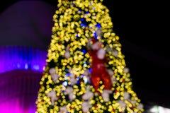 Bogeh da iluminação da árvore de Natal na rua da cidade Imagens de Stock Royalty Free
