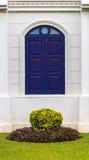 Bogen-blaues Fenster mit kleinem Garten Stockfotos