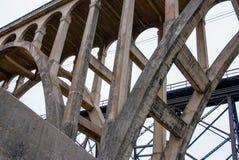 Bogen-Brücke und Gestell lizenzfreie stockbilder