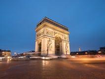 Bogen de TTriomphe in Paris nachts Stockfoto