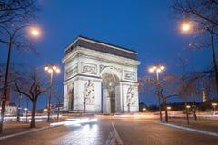 Bogen de TTriomphe in Paris nachts Stockfotos