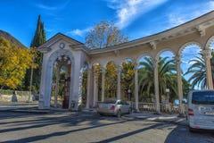 Bogen der Kolonnade in Gagra, Abchasien, hintergrundbeleuchtet gegen den Himmel, Stockbilder