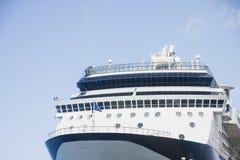 Bogen des blauen und weißen Kreuzschiffs Lizenzfreies Stockfoto
