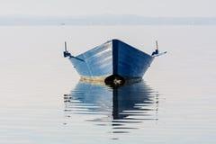 Bogen des Bootes wird im Wasser reflektiert stockfoto