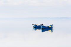 Bogen des Bootes wird im Wasser reflektiert lizenzfreie stockfotos