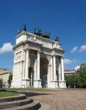 Bogen des Friedens auf blauem Himmel Milan Italy Lizenzfreie Stockbilder