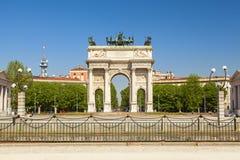 Bogen des Friedens in der Stadt von Mailand stockfotos