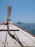 Bogen des hölzernen Bootes in dem Andaman Meer, Thailand Stockfotos