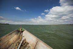 Bogen des Kanus auf dem Fluss stockbilder
