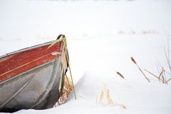 Bogen des Metallkanus im tiefen Schnee Lizenzfreie Stockfotografie