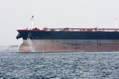 Bogen des Schmierölsupertankers unter Leistung Lizenzfreie Stockfotos