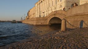 Bogen des Winterkanals und der Neva-Fluss im Sonnenuntergang stock video