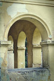 Bogen in een oud huis Stock Afbeeldingen