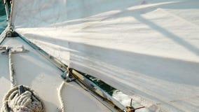 Bogen einer Segeljachtnahaufnahme, Schlaufensegel und Ankerwinde mit fangen Front ein stock video footage
