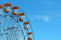 Bogen eines Riesenrads gegen einen blauen Himmel lizenzfreie stockbilder