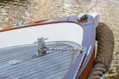 Bogen eines Segelboots mit Boot bitt stockbild