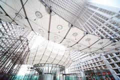 Bogen im La-Verteidigung-Geschäftsgebiet in Paris Stockfotografie