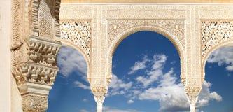 Bogen in Islamitische (Moorse) stijl in Alhambra, Granada, Spanje Stock Afbeeldingen