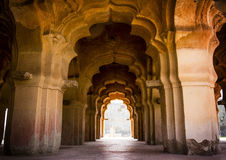 Bogen in Lotus Mahal in Hampi, Indien stockfotos