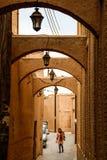 Bogen op de straten van zandsteen in traditionele Perzische stijl stock fotografie