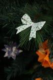 Bogen-Origamidekoration im Weihnachtsbaum Lizenzfreie Stockfotografie