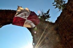 Bogen und mittelalterliche Flagge in einer Marmantile-Stadt Stockbild