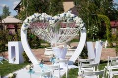 Bogen und Stühle an der Hochzeitszeremonie Lizenzfreie Stockfotografie