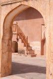 Bogen und Treppenhaus, bernsteinfarbiges Fort, Jaipur, Indien Stockbilder