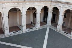 Bogen van in Chiostro del Bramante, Rome hierboven worden bekeken dat Stock Foto
