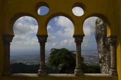 Bogen van Pena-kasteelarchitectuur met aard en historische stad van sintra stock foto