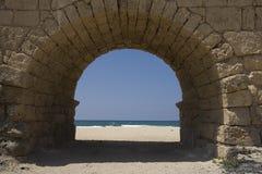 Bogen vom Aquädukt, der zu den Strand führt Stockfotografie