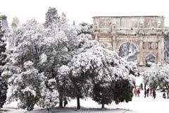 Bogen von Constantine mit Schnee, Rom stockfotografie