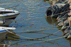 Bogen von den Booten gebunden am Ufer stockfotos