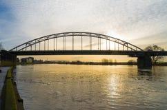 Bogenbrücke bei Sonnenaufgang stockfotografie
