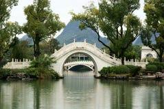 Bogenbrücke im Park Lizenzfreie Stockbilder